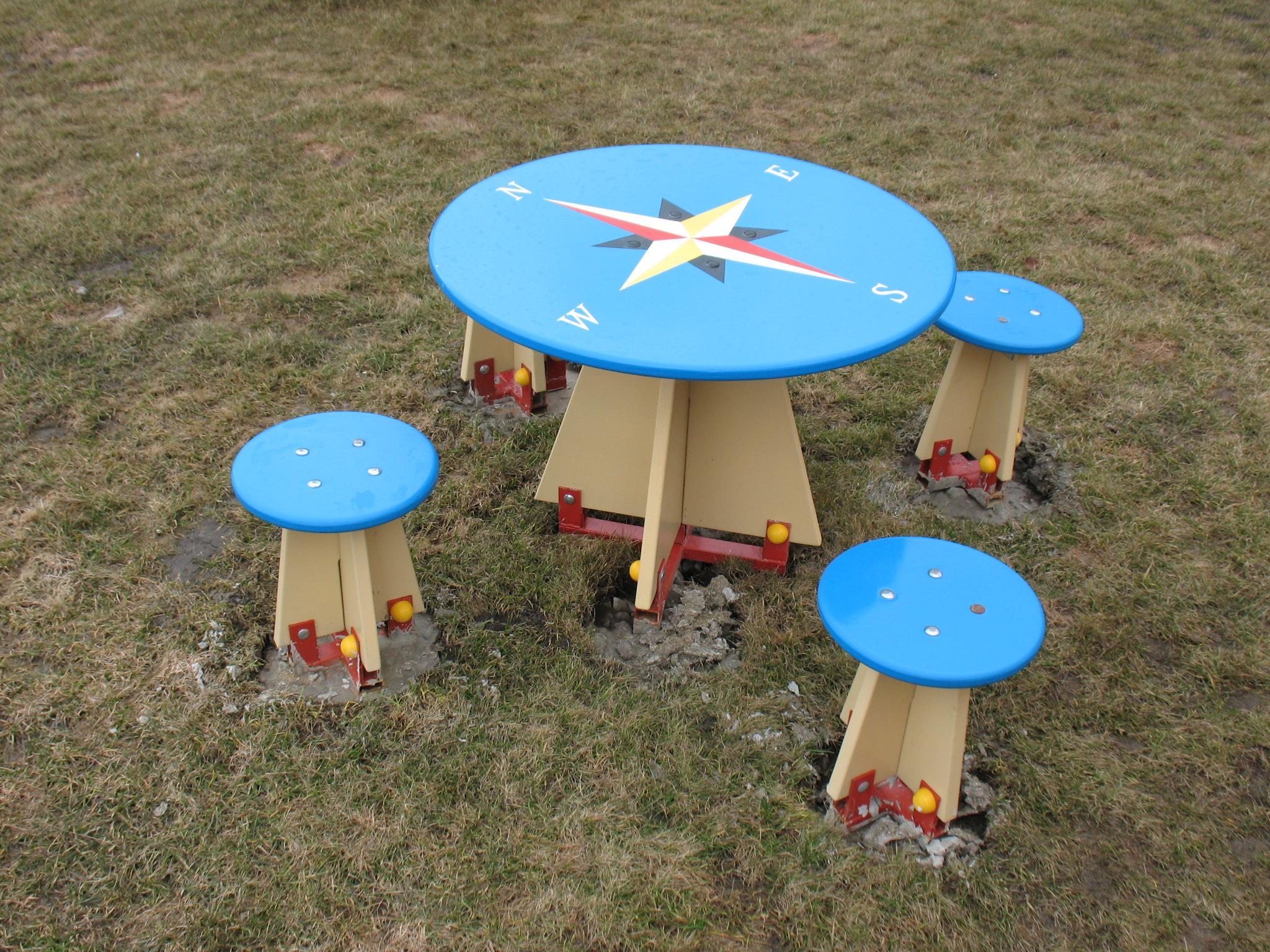 Столик на детскую площадку своими руками 57